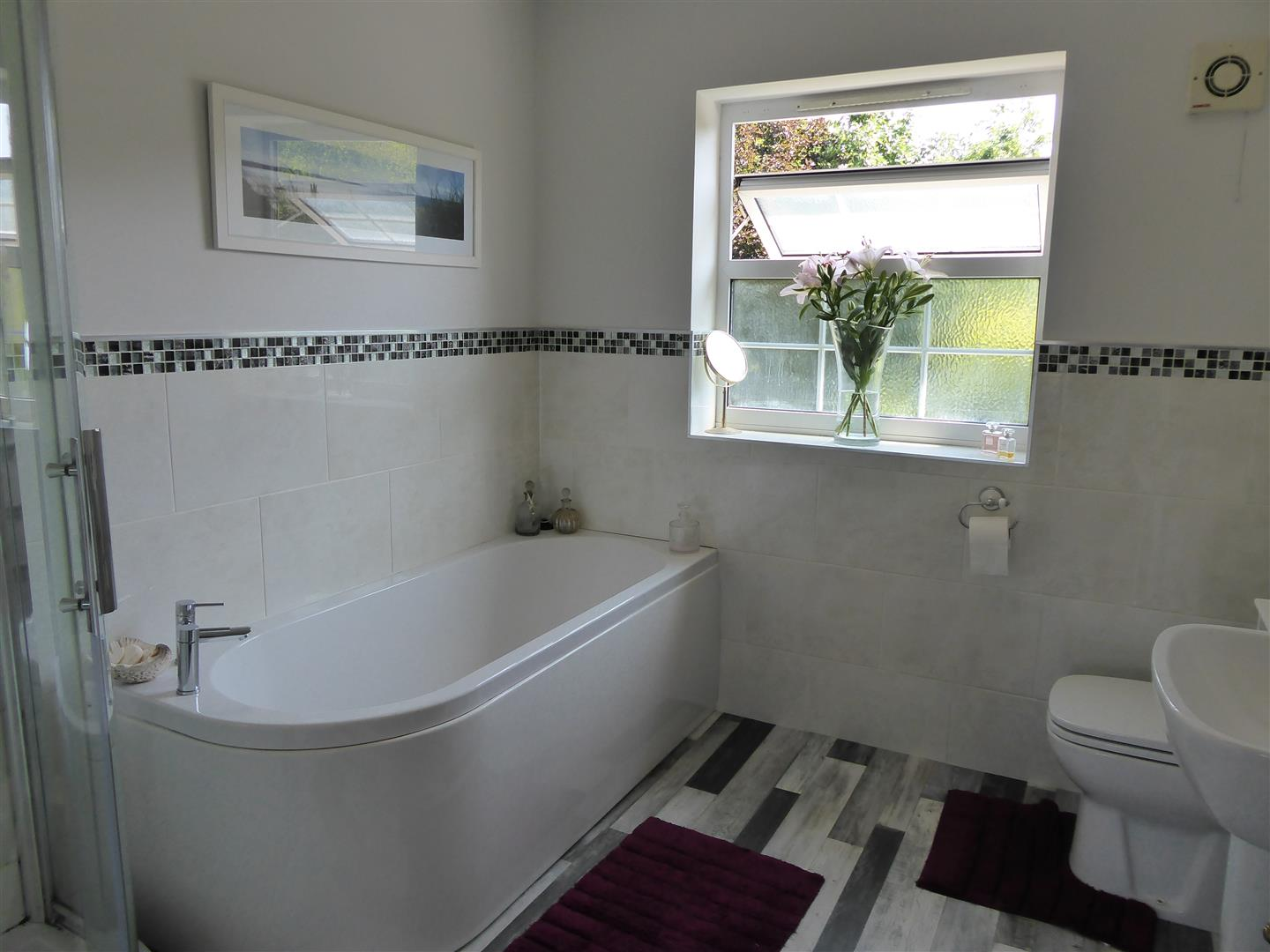 EN SUITE BATHROOM/WC